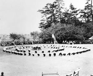 高女時代の体育祭(日吉神社東隣の運動場にて;昭和8 年頃)