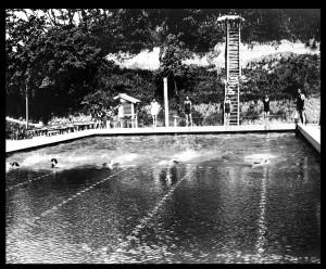 昭和14年夏の校内水泳競技大会(プールは2号館と3号館の間、昭和11年竣工)