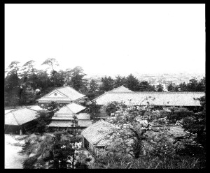 久徴園から望む木造校舎(昭和30年頃)
