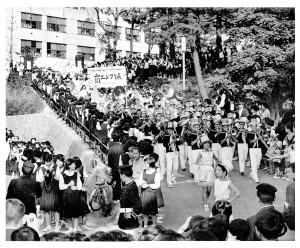 3年に1度の学園祭(市中パレード出発;昭和40年)