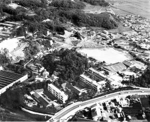昭和45年当時の校舎と久徴園