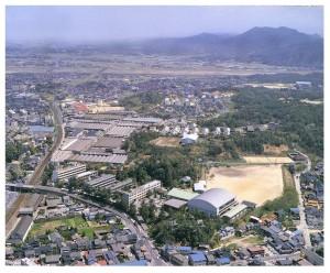 平成元年当時の校舎(背後に斐伊川と仏教山を望む)